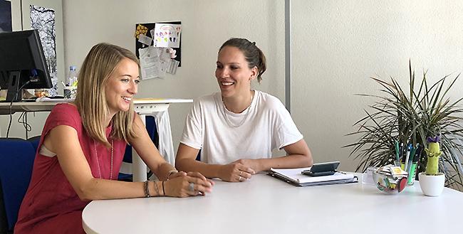 Sandra Alvarez und Angela Gallati, Mitarbeiterinnen der Budget- und Sozialberatung, welche die Schuldenberatung Aargau - Solothurn im Auftrag der Aargauischen Evangelischen Frauenhilfe führt.