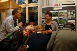 Besucher zeigten sich interessiert an neuen Ideen zur Armutsbekämpfung, welche an Marktständen präsentiert wurden.