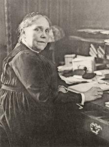 Emma Schmuziger-Dietrich (1866–1954), Präsidentin des Schweizerischen Evangelischen Verbands Frauenhilfe, Sektion Aargau, 1909–1950, Gründerin des Obstgartens und deren Präsidentin von 1910 bis 1948