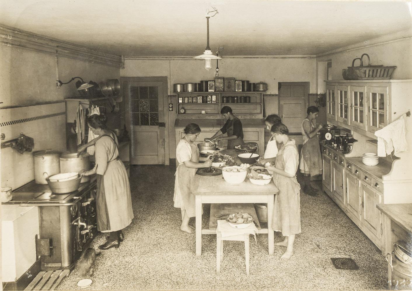 Junge Frauen in der Küche des Obstgartens, Rombach, 1923